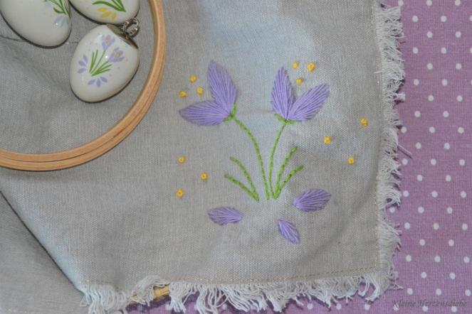 Blumenstickerei auf Leinen